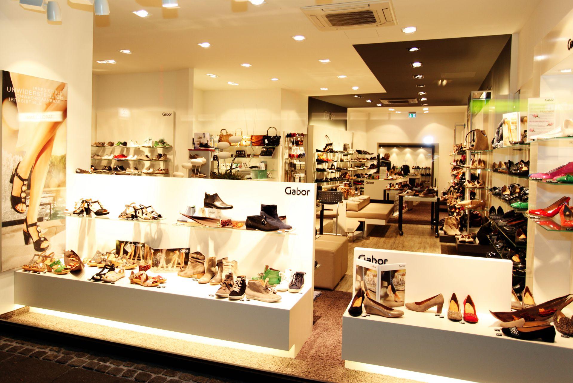 Gabor Shop Schaufenster mit vielen Schuhen